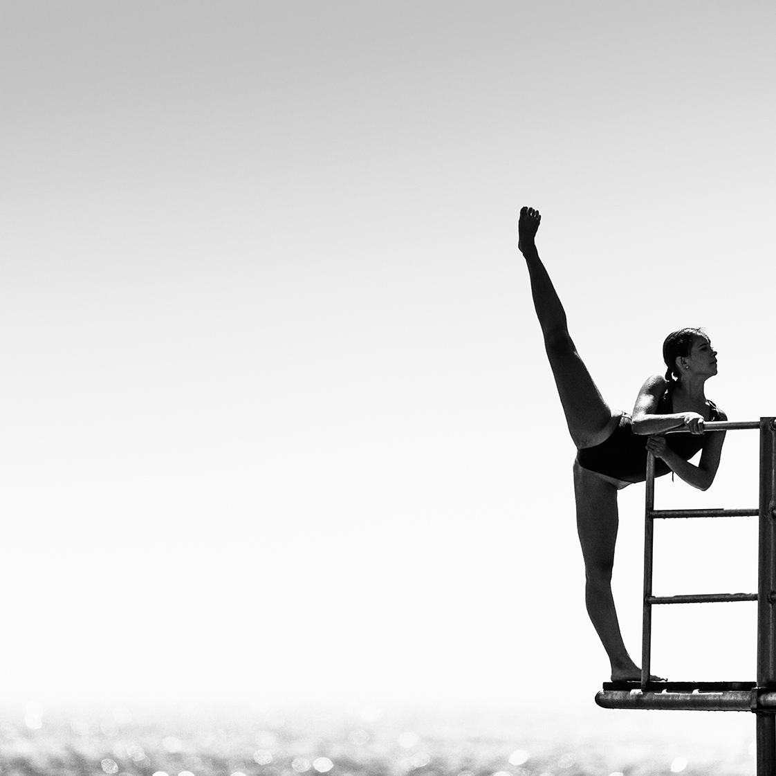 photographie d'une danseuse sur un plongeoir