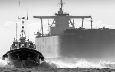 Pilotes et cargo en rade de Brest